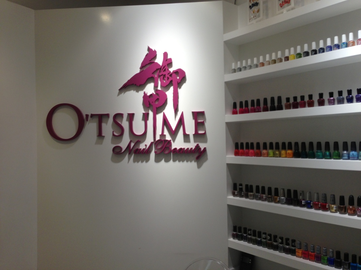 Manicure colorida em Hong Kong